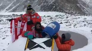Alex Txikon y otros compañeros de expedición, en el campo base del...