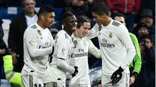 Los jugadores del Real Madrid celebran el gol de Modric ante el...