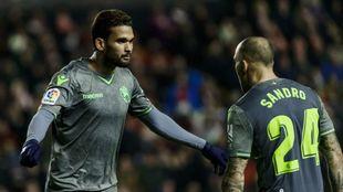 Willian José va a abrazarse con Sandro tras hacer el 2-2 ante el Rayo...
