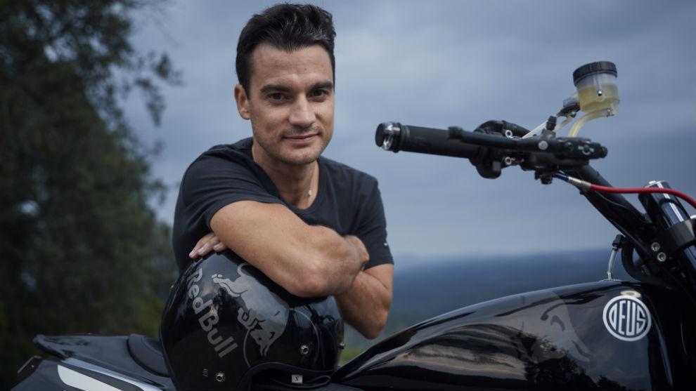 Dani Pedrosa, con su moto de Deus.