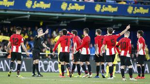 Los futbolistas del Athletic esperan junto a Undiano Mallenco la...