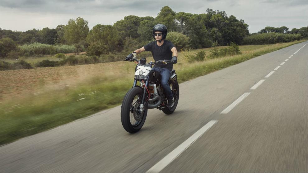 Dani Pedrosa rodando con su moto Deus.