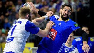 Nikola Karabatic, en acción frente al islandés Arnarsson que trata...