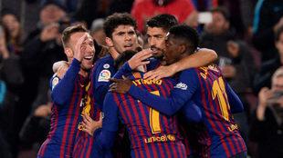 Los jugadores azulgrana felicitan a Dembélé por el primer gol.