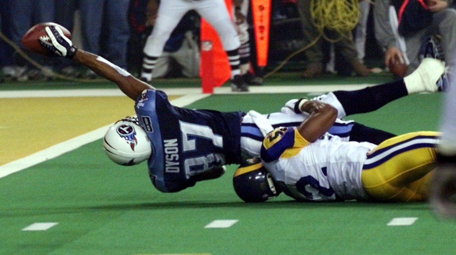 Mike Jones tacklea a Kevin Dyson para ganar el Super Bowl XXXIV.