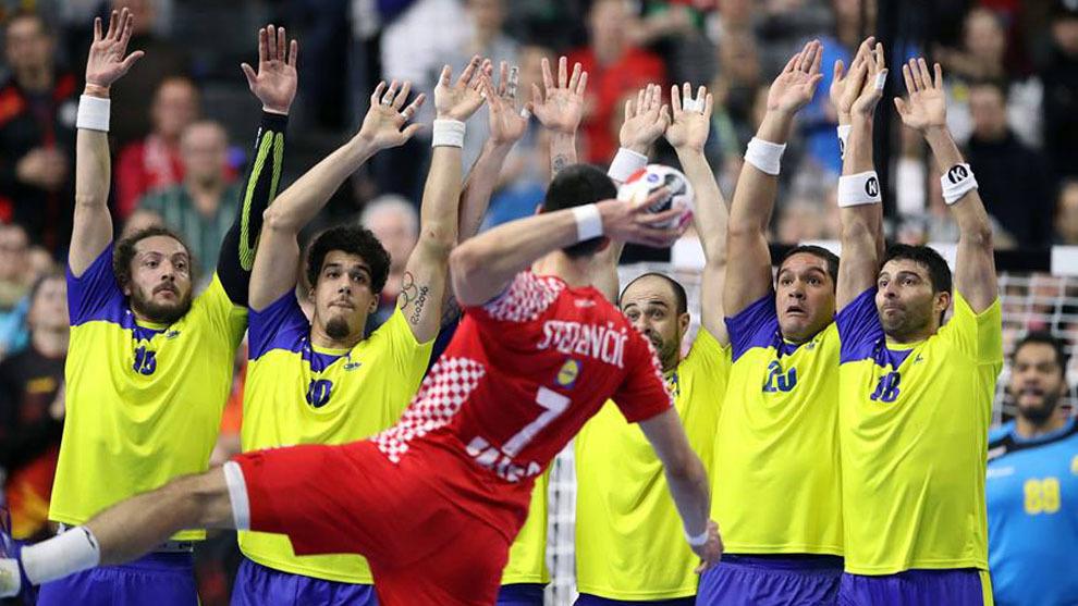 El croata Stepancic lanza ante la defensa brasileña