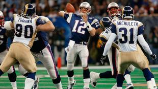 Tom Brady ante los Rams en el Super Bowl XXXVI.