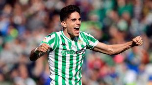 Marc Bartra celebra uno de los goles del Betis al Girona.