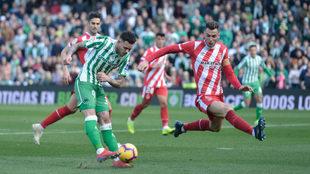 Beñat dispara a portería durante el Betis-Girona.
