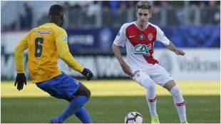 Robert Navarro encara a un jugador del Canet-en-Roussillon.
