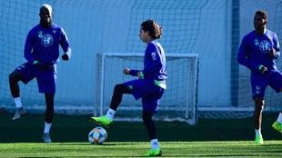 El mexicano Lainez controla un balón en el entrenamiento de este...