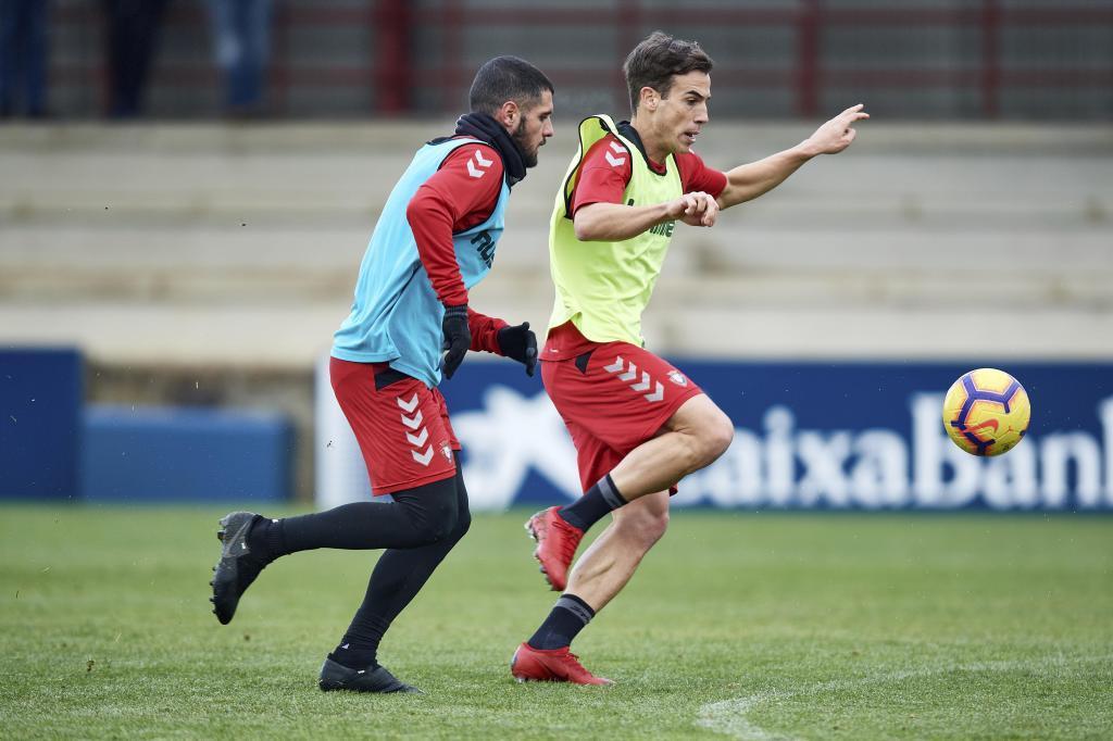 Fran Mérida persigue a Íñigo Pérez en un entrenamiento reciente en...