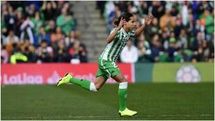 Diego Lainez, en el momento del saltar a la cancha en el partido ante...