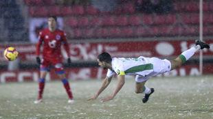 Álex Vallejo despeja el balón sobre el césped nevado de Los...