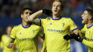 Álex Fernández celebra uno de los goles que marcó