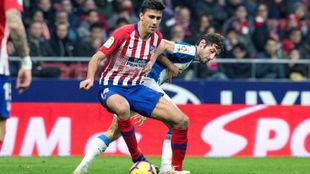 Rodrigo se lleva un balón ante Granero