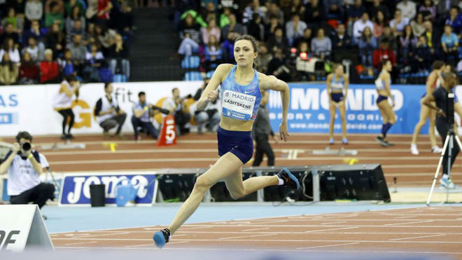 Maria Lasitskene en plena carrera antes de ejecutar el salto.