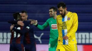 Varios jugadores del Eibar celebran el triunfo ante un cabizbajo Borja...