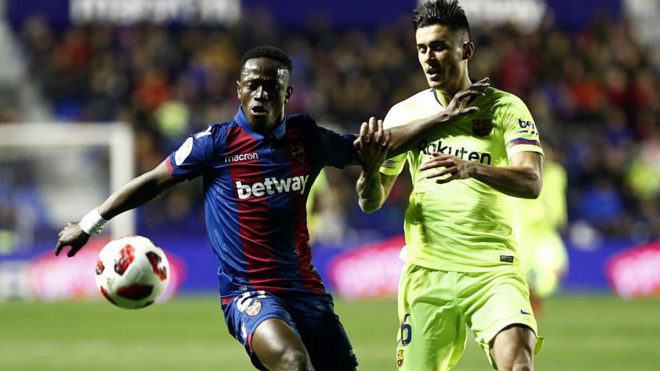 Boateng protecting the ball from Chumi in the Levante-Barcelona game.