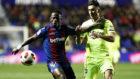 Boateng protege un balón con Chumi en el Levante-Barcelona de la Copa...