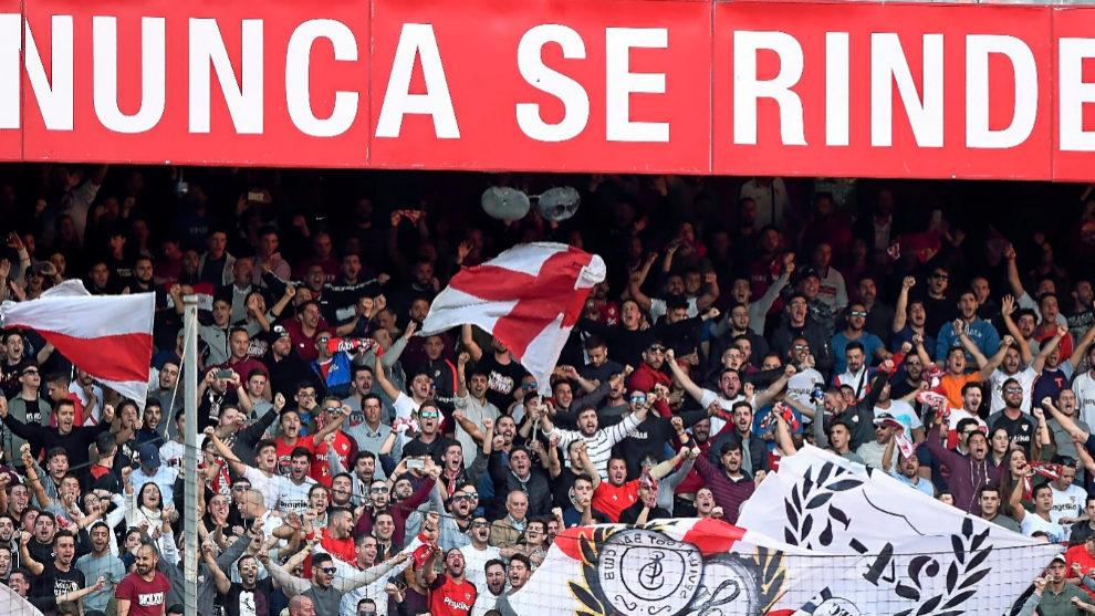 La afición del Sevilla anima desde el Gol Norte del...
