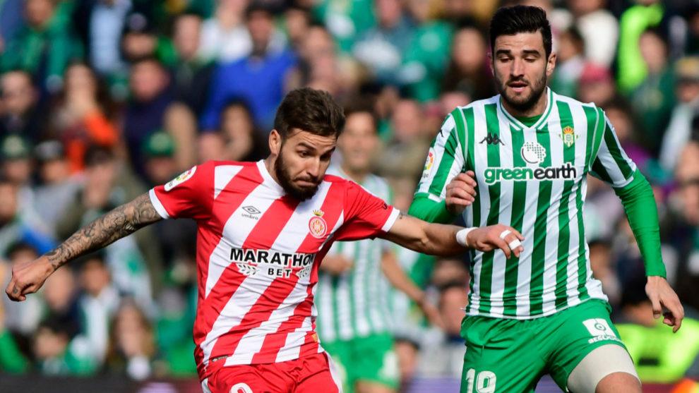 Barragán presiona a Portu en el Betis-Girona.