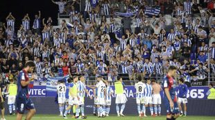 Los jugadores de la Real celebran un gol con sus aficionados.