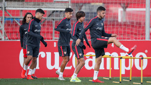 Varios jugadores hacen un ejercicio al comienzo del entrenamiento.