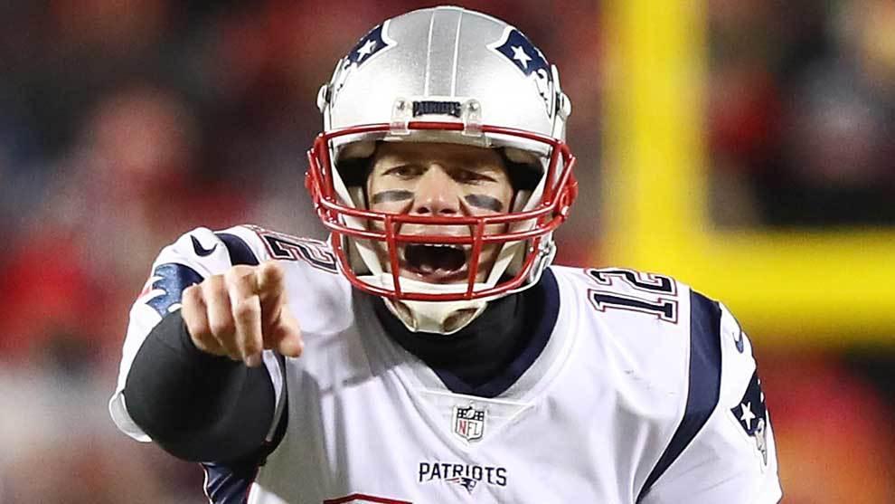 Tom Brady jugando con los Patriots contra los Chiefs para clasificarse...