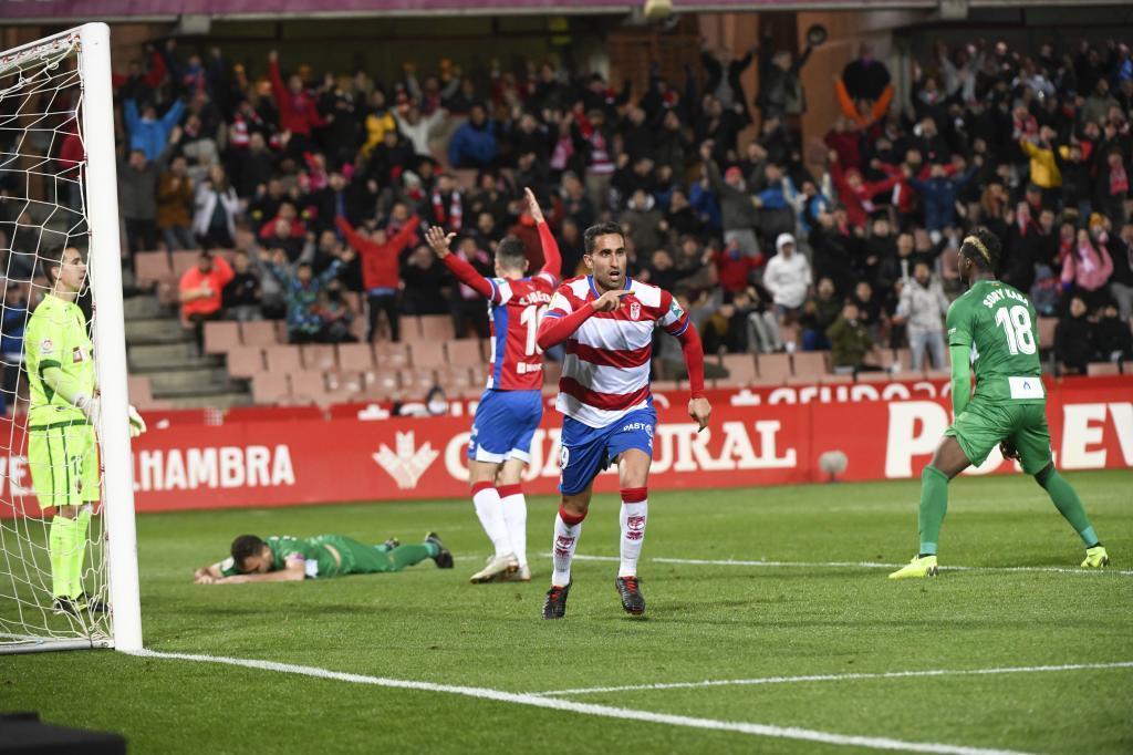 Montoro celebra uno de los dos goles al Elche en Los Cármenes