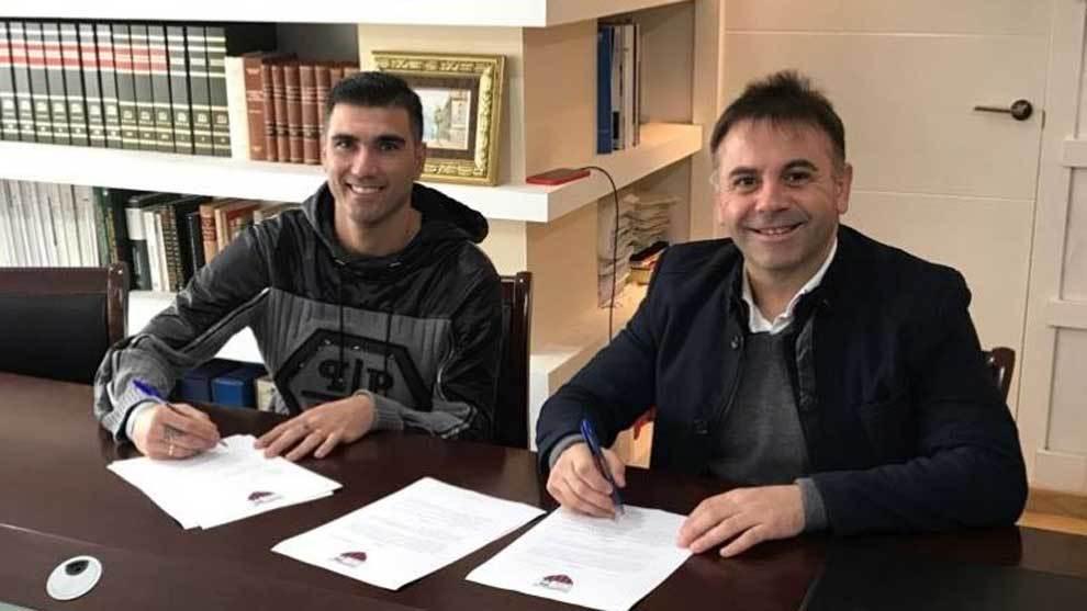 José Antonio Reyes firma su contrato junto al presidente Manuel...