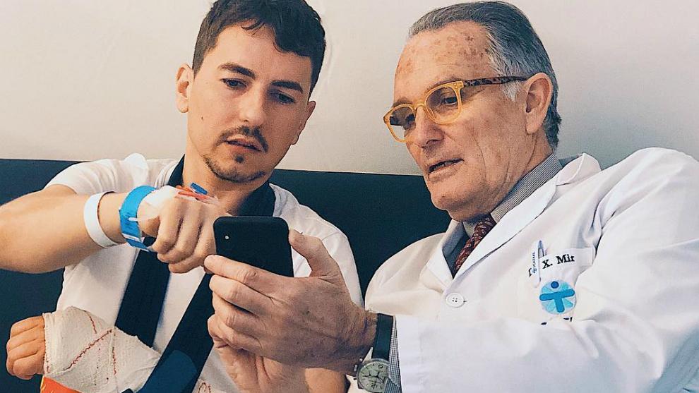 Jorge Lorenzo, junto al doctor Mir.
