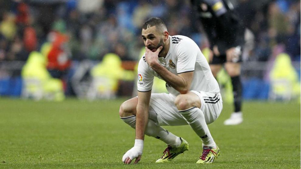 Benzema, con la mano vendada en el último partido frente al Sevilla.