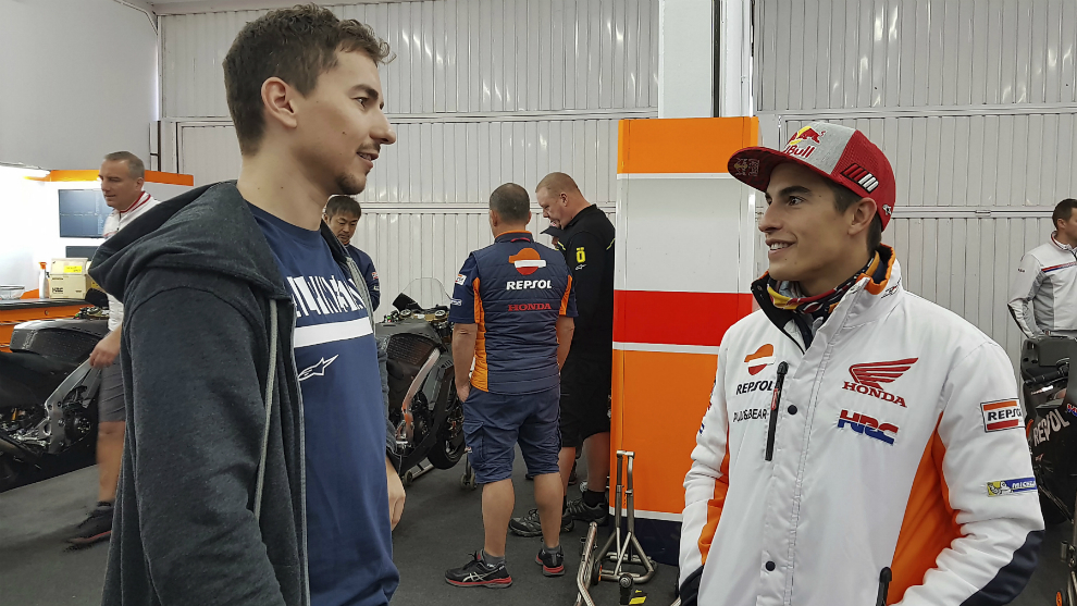 Lorenzo conversa con Márquez.