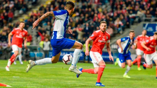 Jesús Manuel Corona da la asistencia para el gol de Marega.