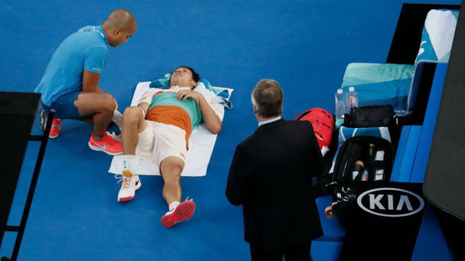 Kei Nishikori recibe asistencia médica en la pista.