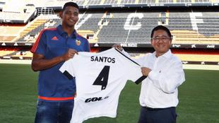 Aderlan Santos, el día de su presentación por el Valencia con el...