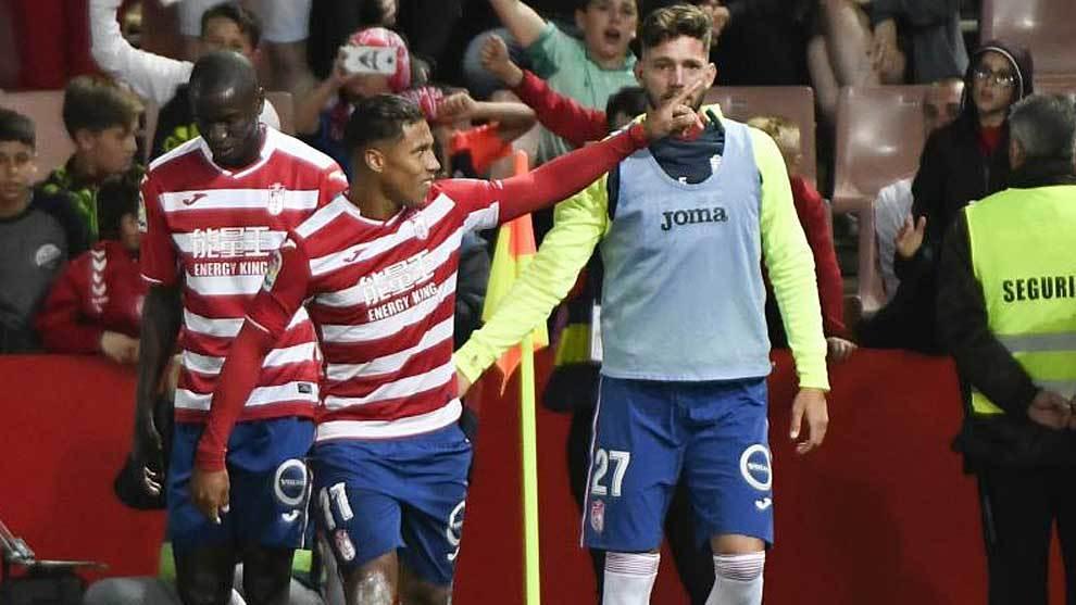 Darwin Machis celebra un gol al Cádiz en Los Cármenes la pasada...