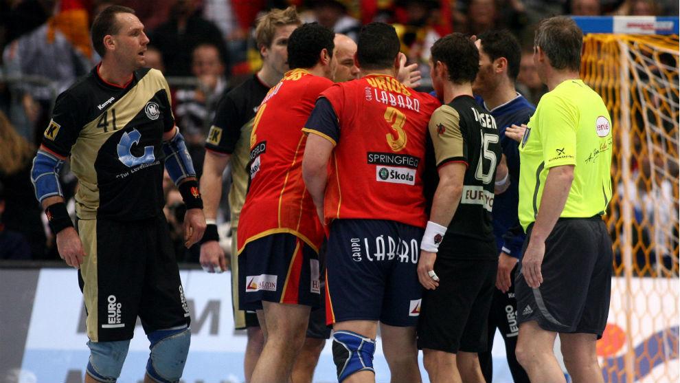 Protestas de los jugadores españoles en el partido frente a a...