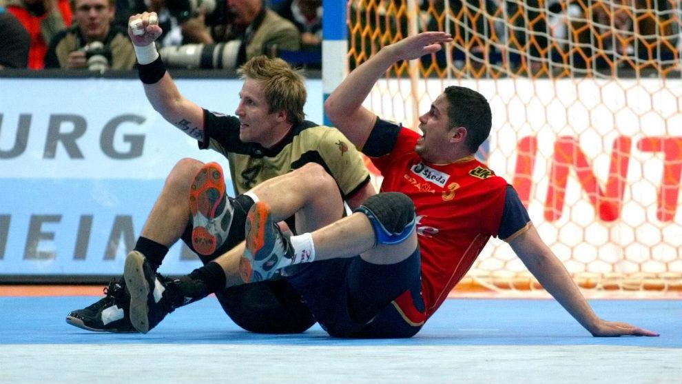 Rolando Urios, en el suelo arrastrado por el alemán Roggisch en el...
