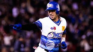 Dariel Álvarez festeja su home run de tres carreras