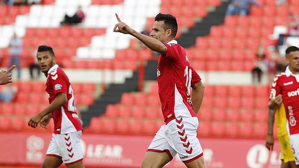 Manu del Moral celebra en el Nou Estadi uno de sus dos goles esta...