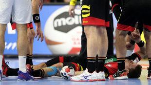 El alemán Strobel doliéndose de su lesión durante el partido contra...