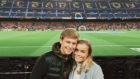 Frenkie de Jong y su novia viendo el Barça-Betis en diciembre de 2015