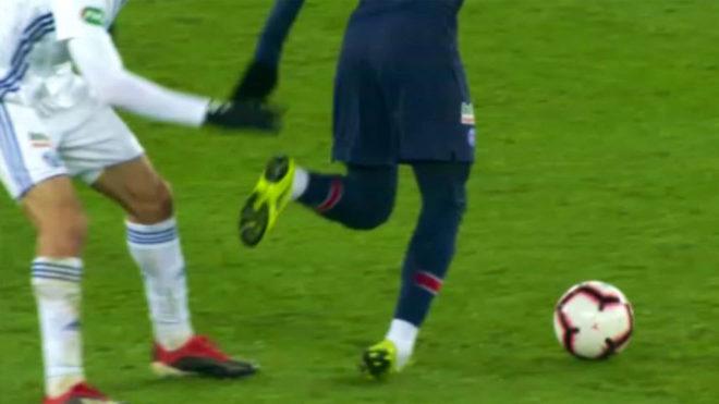 Neymar se retira lesionado.