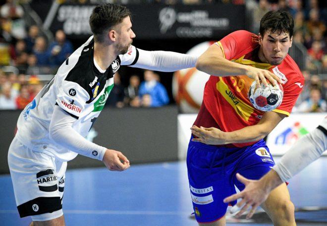 Daniel Dujshebaev intenta superar al alemán Wiede.
