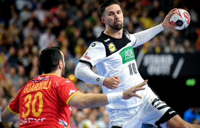 Fabian Wiede se eleva para lanzar ante Gedeón Guardiola /