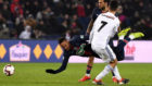 Neymar cae al suelo tras ser derribado por un jugador del Estrasburgo.