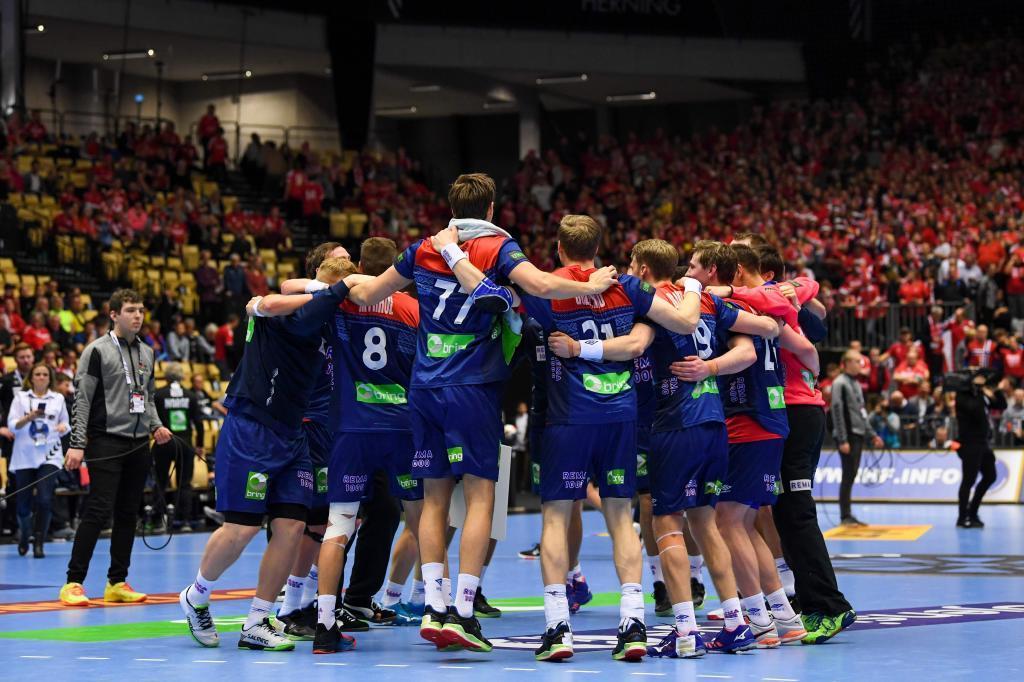 Los jugadores noruegos celebran el triunfo frente a Hungría que les...