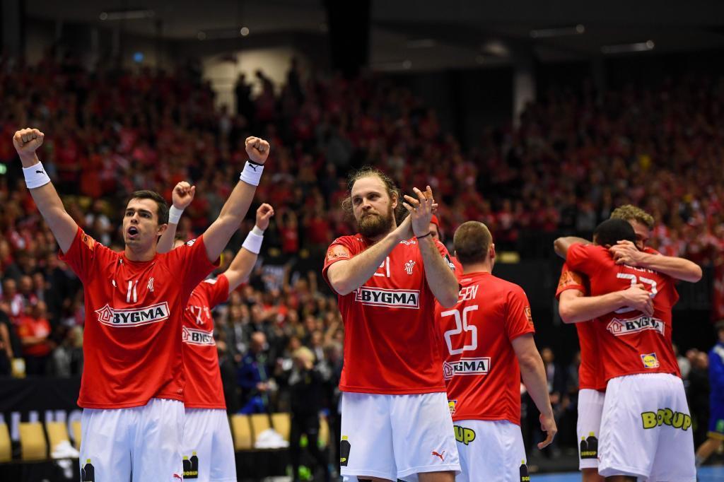 Los jugadores daneses celebran su victoria frente a Suecia.